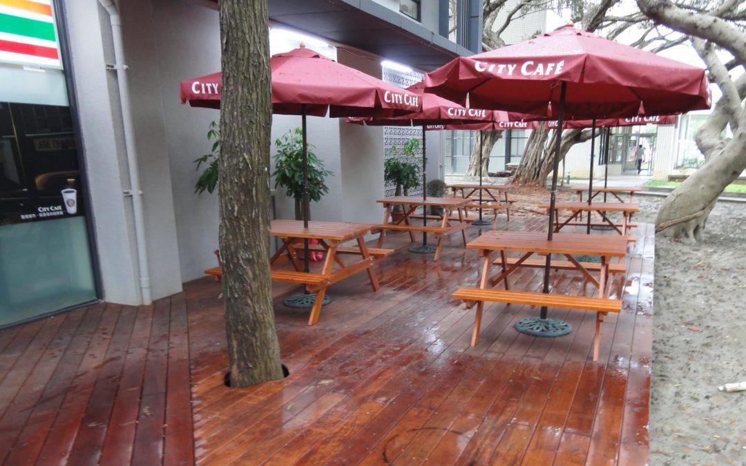 7-11交大二餐店 戶外木平台