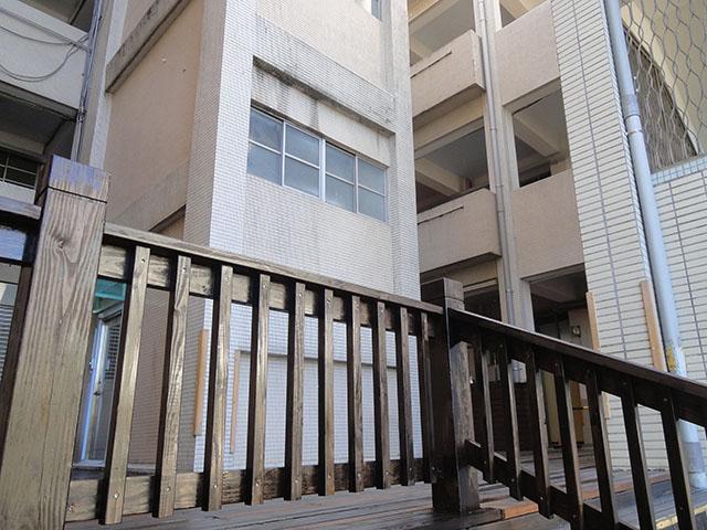 三興國小木欄杆階梯